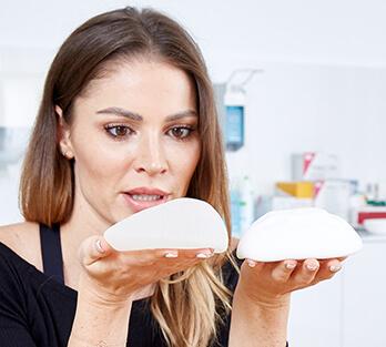 B-Lite Brust Implantate im Vergleich zu herkömmlichen Silikonimplantaten