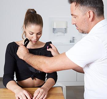 Nach dem Eingriff der Bruststraffung. Brüste straffen durch eine Bruststraffung Operation beim Experten Dr. Koller