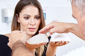 Schönheitschirurgie Brustvergrößerung B-Lite Brustimplantate. B Lite Leichtimplantate für die Brustvergrößerung um bis zu 30% weniger Gewicht. Ideal bei großen Brüsten