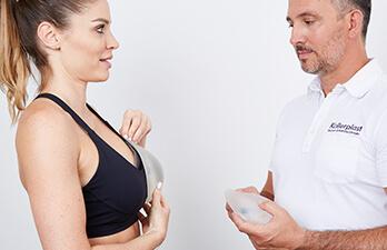 Brustasymmetrie – Probleme bei Betroffenen. Brustkorrektur bei asymmetrischen Brüsten, Korrektur der Brustasymmetrie durch Brustvergrößerung oder Brustverkleinerung bzw. Bruststraffung