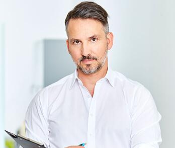 Dr. Koller Facharzt für Plastische, Ästhetische und Rekonstruktive Chirurgie und Arzt für Allgemeinmedizin.