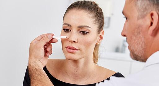 Die Nase, der zentrale Punkt im Gesicht, Dr. Koller zum Thema Nasenkorrektur. Dr. Koller ist Experte für Nasenkorrekturen in Linz