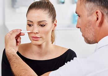 Nasenkorrektur nach der Nasen OP / Behandlung. Bereits eine Woche nach Ihrer Nasen OP werden die Nähte am Nasensteg entfernt. Zwei Wochen nach dem Eingriff wird der Gips bzw. die Plastikschiene entfernt