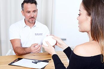 Plastischer Chirurg Linz Brustvergrößerung Behandlung. Brust Vergrößern beim Plastischen Chirurgen Linz, Dr. Koller