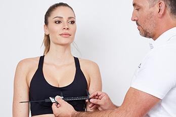 Plastischer Chirurg Linz, spezialisiert auf Brustverkleinerung. Brust Verkleinerung Linz von Dr. Koller - Schönheitschirurg