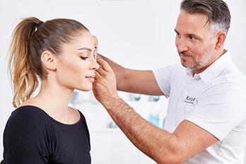 Schönheitschirurg Linz Augenlidstraffung, Schlipflider Entfernung in Linz. Dr. Koller ist Schönheits Chirurg in Linz und Experte für Oberlidstraffungen
