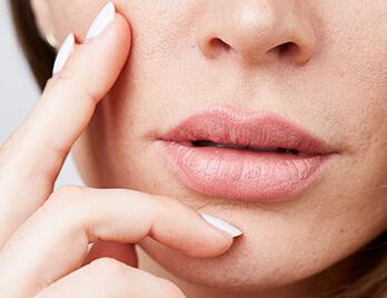 Lippen aufspritzen für ein verbessertes ästhetisches Erscheinungsbild der Lippen